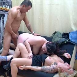 Mientras el novio se ducha, Maria decide cepillarse dos pollas y un coño